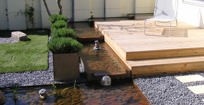 Garten umgestaltung mit holzterrasse und wasserlauf wanne - Garten wasserlauf ...